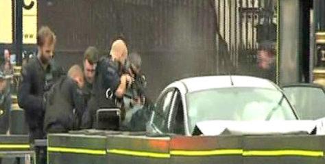 Συναγερμός στο Λονδίνο – Αυτοκίνητο παρέσυρε ποδηλάτες και έπεσε στον φράχτη του Κοινοβουλίου – Υπάρχουν τραυματίες